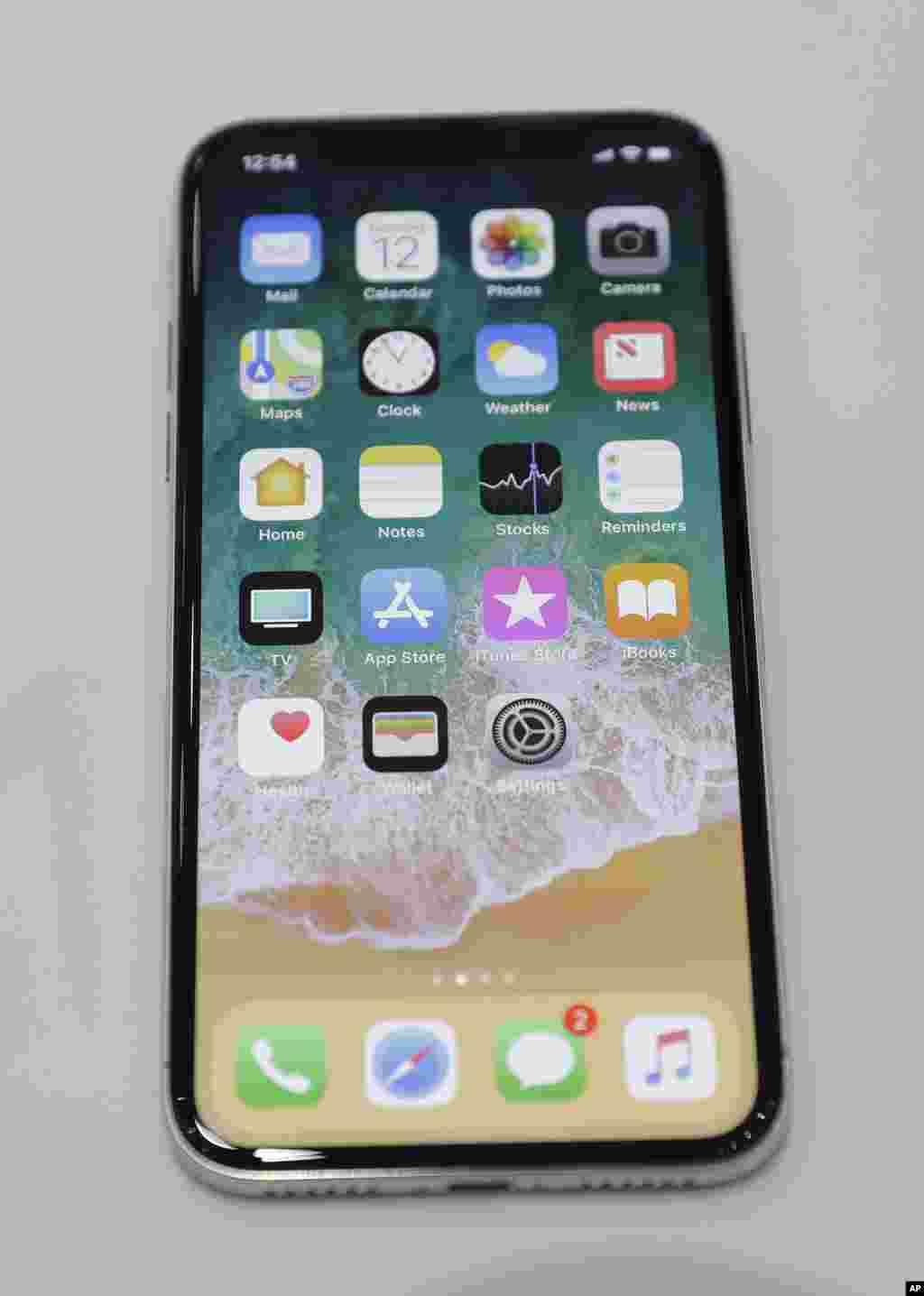 """新的iPhone X。在其众多特点中,包括能在光线弱的环境中拍出更好效果的照片,还有无线充电。而最大的卖点是面部识别技术,手机""""看到""""手机主人的脸部时,就能让屏幕解锁。 5.8英寸OLED屏幕几乎覆盖整个机身正面,舍弃了传统的实体主按钮。可是一个很大的问题是,消费者是否肯花1000美元买一部这样新颖的手机。它在中国的售价高于美国。"""