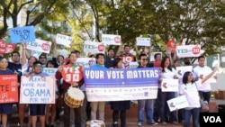亚裔青年声援30号公投案 (美国之音国符拍摄)