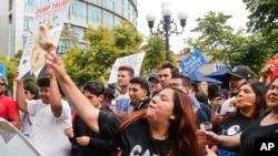 反川普人士在現場抗議