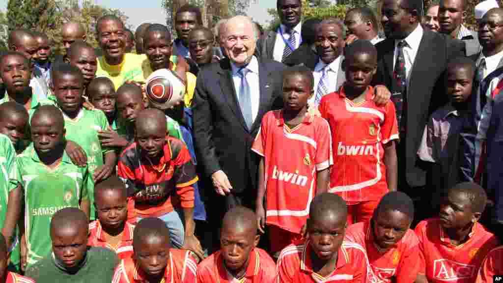 Shugaban FIFA Sepp Blatter tare da dalibai a kusa da birnin Harare, babban birnin Zimbabwe a Shekara ta 2011.