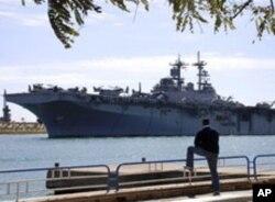 Le navire de guerre USS Kearsarge en route vers les côtes libyennes