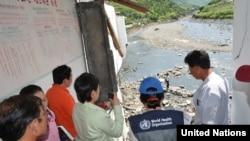 6일 평안남도 개천시와 성천군의 홍수 피해 상황을 점검하는 유엔 합동조사단.