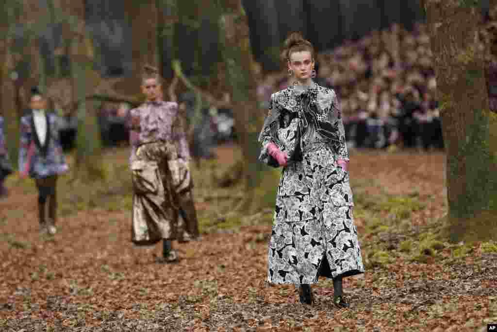 نمایش مجموعه لباسهای پائیزه- زمستانه شانل در هفته مد پاریس