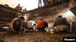 Penggalian arkeologis di Flores, tempat ditemukannya fosil Homo floresiensis.