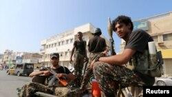 Tư liệu - Phiến quân người Houthi tuần tra trên đường phố ở Hodeidah, Yemen, ngày 10 tháng 12, 2018.