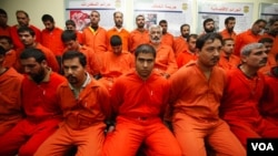 Para tersangka militan al-Qaida yang ditahan dalam serangkaian operasi anti teror di Irak.