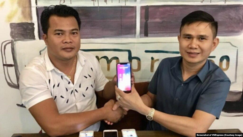 Thái Minh Phương (trái) và Mạnh Tài cùng cầm chiếc điện thoại có 'siêu SIM' mang 8 số 9. Số điện thoại này được bán với giá 1 triệu USD. (Ảnh chụp màn hình VNExpress)