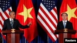 바락 오바마 미국 대통령(왼쪽)과 쩐 다이 꽝 베트남 국가주석이 23일 베트남 하노이에서 정상회담을 가진 후 공동기자회견을 열었다.