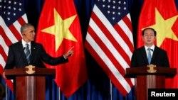 Tổng thống Hoa Kỳ Barack Obama (trái) tham gia một buổi họp báo cùng Chủ tịch nước Việt Nam Trần Đại Quang (phải) hôm 23 tháng 5 năm 2016.