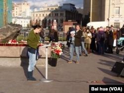 莫斯科,10月29日,携带小孩的年轻夫妇全家参加索洛维茨石头旁的悼念活动。(美国之音白桦拍摄)