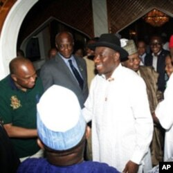 Shugaba Goodluck Jonathan na karban 'yan taya murna bayan da jami'an hukumar zabe su ka ce ya lashe zaben shugaban kasar na ranar asabar.