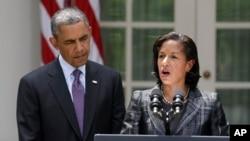 5일 바락 오바마 대통령(왼쪽)이 수전 라이스 유엔 대사(오른쪽)를 백악관 국가안보보좌관에 임명한 뒤, 백악관 정원에서 라이스 대사의 연설을 듣고 있다.