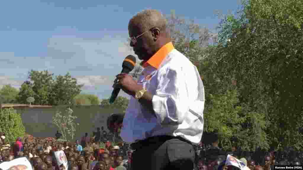 Amama Mbabazi mgombea kiti cha rais Uganda akiwahutubia wafuasi wake