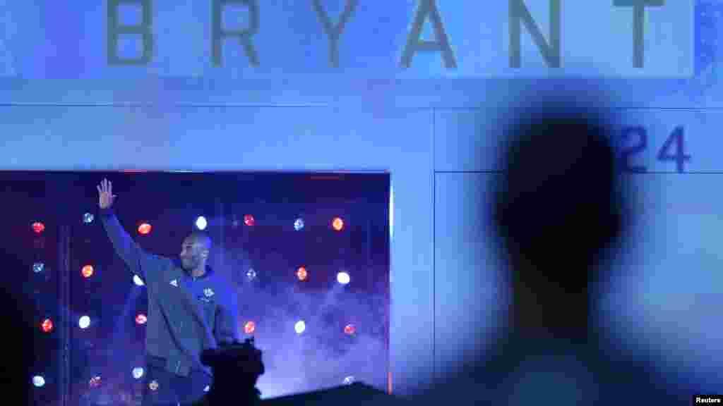 La présentation de Kobe Bryant pour sa dix-huitième et dernière All-Star Game,Toronto, le 14 février 2016. Il a été honoré par une vidéo hommage à son immense carrière.