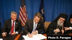 Ο Αρχιεπίσκοπος Αμερικής κ. Δημήτριος και ο κυβερνήτης της Νέας Υόρκης Ά. Κουόμο κατά την υπογραφή της αρχικής συμφωνίας για την ανέγερση του Αγ. Νικολάου το 2011.