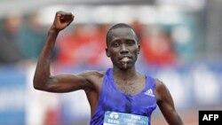 Bernard Kipyego kutoka Kenya ashinda mbiyo za Marathon za Amsterdam 2015.