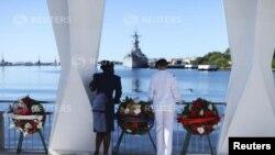 ທະຫານສອງຄົນ ຢືນຢູ່ເທິງອະນຸສາວະລີ USS Arizona Memorial ທີ່ອ່າວ Pearl Harbor, ລັດຮາວາຍ.