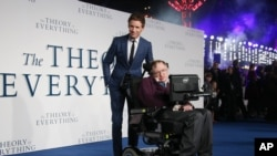 "Junto al actor Eddie Redmayne en la premiere en Londres de ""The Theory of Everything"""