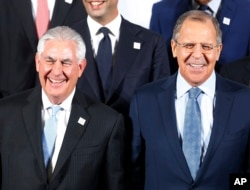The Russian foreign minister Sergey Lavrov, right, and US Secretary of State Rex Tillerson stand together during the G-20 Foreign Ministers meeting in Bonn, Germany, Feb. 16, 2017.