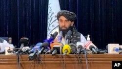 طالبان کے ترجمان ذبیح اللہ مجاہد پہلی باقاعدہ نیوز کانفرنس کر رہے ہیں۔ 17 اگست 2021