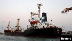 Sebuah kapal membawa 5.500 metrik ton tepung terigu bersandar di pelabuhan Laut Merah, Hodeidah, Yaman, 26 Nov 2017.