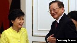 박근혜 한국 대통령(왼쪽)이 14일 청와대에서 탕자쉬안 중국 전 국무위원을 접견했다..