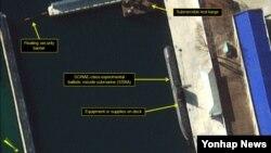 미국 북한전문매체 '38노스'가 공개한 북한 함경북도 신포의 탄도미사일 잠수함 개발용 부두의 지난 9일자 위성사진. '고래급'으로 불리는 북한의 미사일 잠수함이 위장망을 걷어낸 채 전용 부두에 정박한 모습이 보인다.