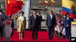 2016年11月17日中国国家主席习近平(中)和与科雷亚总统(右二)在厄瓜多尔基多欢迎仪式