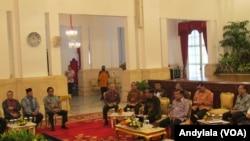 Suasana pertemuan konsultasi antara Presiden Jokowi dengan para pimpinan lembaga negara di Istana Negara Jakarta, 19 Januari 2016 (Foto: VOA/Andylala).