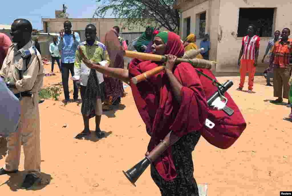 Seorang tentara perempuan Somalia membawa senjatanya pada pertempuran antara militer dan kepolisian yang didukung dinas intelijen di distrik Dayniile, Mogadishu.