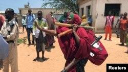 Seorang anggota angkatan bersenjata Somalia membawa amunisi dalam pertempuran antara militer dan pasukan intelijen yang didukung polisi di distrik Dayniile,Mogadishu, Somalia, 16 September 2017. (Foto:Dok)