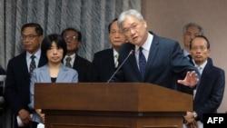 Ông Andrew Hsia (thứ 3-bên phải), Bộ trưởng Hội đồng giao Đại lục, phát biểu tại Ủy ban Nội vụ của Quốc hội vào ngày 13 tháng 4 năm 2016.