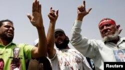 Keluarga demonstran yang tewas pada gerakan pemberontakan di Mesir pada 2011 meneriakkan slogan-slogan selama peradilan ulang Husni Mubarak di Kairo (8/6). (Reuters/Amr Abdallah Dalsh)