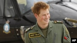 """El príncipe Harry se graduó el pasado febrero como piloto del sofisticado helicóptero """"Apache""""."""