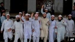 بنگلہ دیش کی مذہبی تنظیم کے رہنما عدالت کے فیصلے کے بعد فتح کا اشارہ کرتے ہوئے۔ 28 مارچ