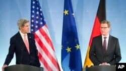 Menlu Jerman Guido Westerwelle dan Menlu AS John Kerry dalam jumpa pers di kantor Deplu Jerman di Berlin (26/2).