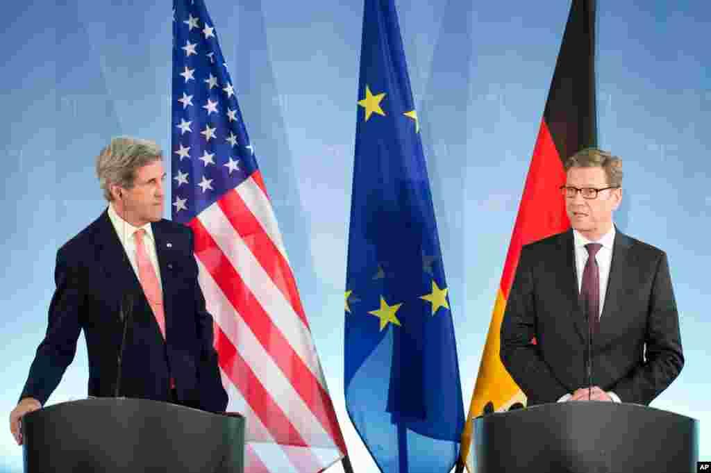 Almaniya xarici işlər naziri Guido Westerwelle Con Kerri ilə birgə mətbuat konfransında bəyanat verir. Berlin. 26 fevral, 2013.