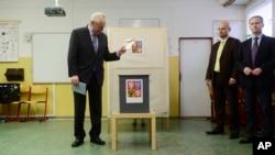 Presiden Ceko, Milos Zeman, memasukkan surat suaranya di salah satu TPS di Praha (25/10).