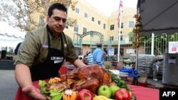 Seorang koki mengeluarkan kalkun pertama untuk makanan Thanksgiving tahunan bagi para tunawisma dan kurang beruntung. (Foto: AFP)