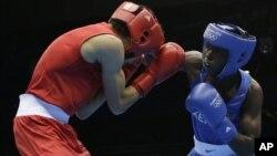 Võ sĩ quyền Anh Benson Njangiru (phải) của Kenya và Hesham Abdelaal của Ai Cập tranh tài tại Olympic London hôm 30/7/12