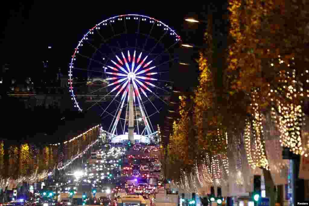 چراغهای درخشان کریسمس در خیابان شانزلیزه در پاریس فرانسه.