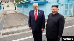 2019年6月30日美国总统特朗普在韩国板门店非军事区与朝鲜领导人金正恩会面。