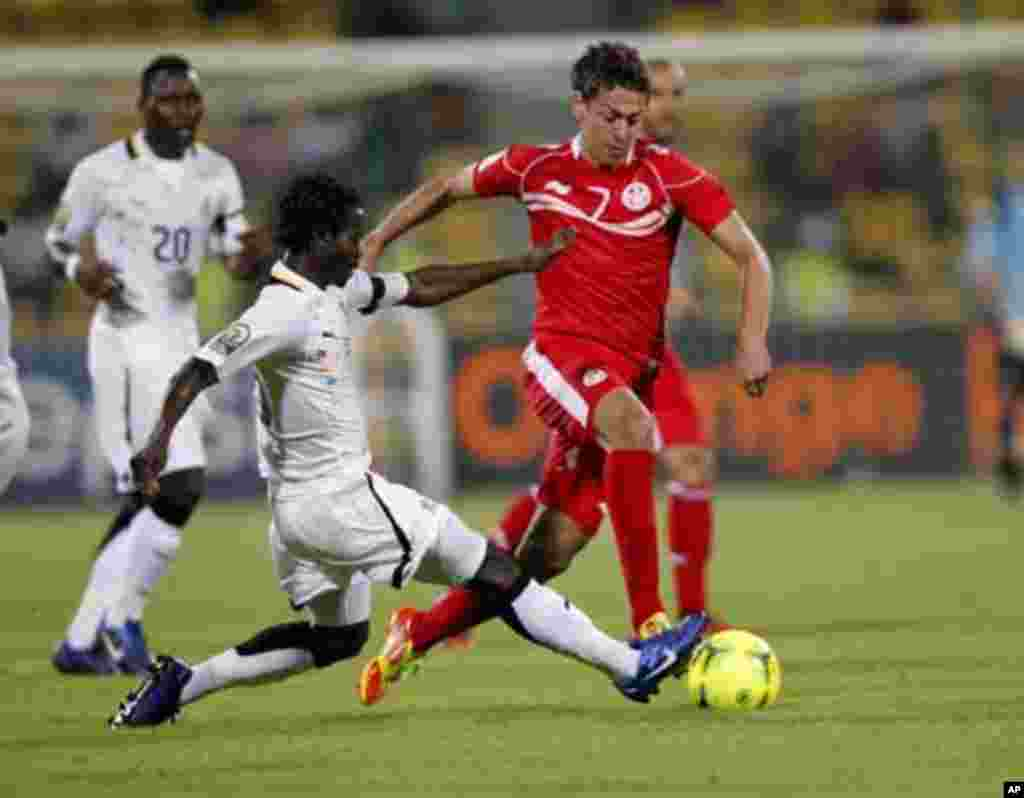 Tunisia's Youssef Msakni (R) is challenged by Ghana's Anthony Annan of Ghana during their African Nations Cup quarter-final soccer match at Franceville stadium February 5, 2012.