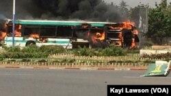Un bus a été brûlé par les manifestants au carrefour GTA à Lomé, au Togo, le 28 février 2017. (VOA/Kayi Lawson)