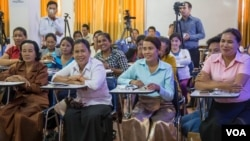 Some commune councilors of the Cambodia National Rescue Party (CNRP) from the provinces attend a women empowerment workshop at the CNRP's headquarters in Phnom Penh on Wednesday, August 10, 2016. (Leng Len/VOA Khmer)