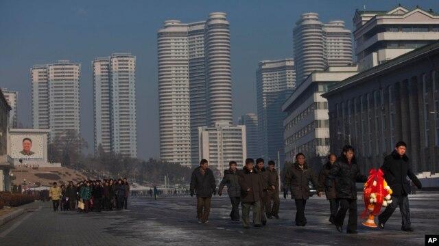 김정일 사망 2주기를 맞은 17일 북한 주민들이 평양 만수대 언덕에 있는 김일성.김정일 동상을 향하고 있다.