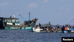 中国和菲律宾渔船同时出现在中国所称的黄岩岛附近有争议海域(路透社2017年4月6日)