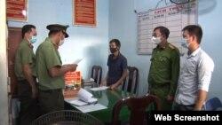 Hai người bị công an Quảng Ngải bắt vì viết bài trên Facebook. Photo Quang Ngai TV