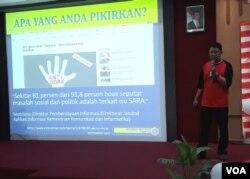 Adven Sarbani Koordinator Mafindo Surabaya menyampaikan materi mengenai hoax, di kampus Universitas Surabaya, Jumat, 31 Agustus 2018. (Foto:VOA/Petrus)