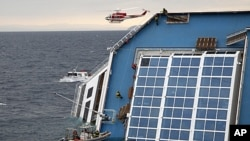 """救援人員攀上""""歌詩達協和號""""郵輪展開救援工作。"""